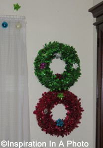Red and green Christmas wreaths_dining room
